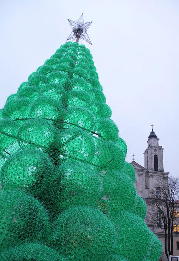 Árvore de Natal montada com mais de 30 mil garrafas PET1